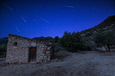 Photo pour Perseid Meteor Shower over Rural House in Spain. - image libre de droit