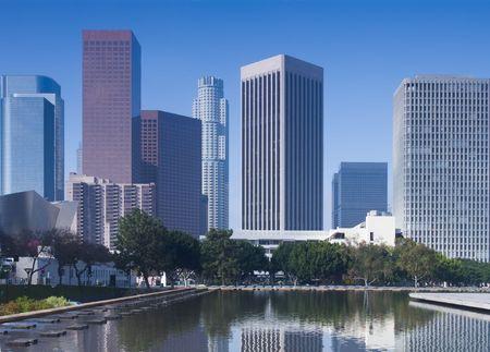 Foto de Los Angeles skyline in early morning with clear, blue sky. - Imagen libre de derechos