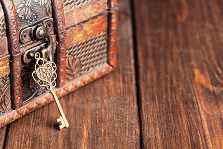 Photo pour vintage key and old treasure chest on wooden table - image libre de droit