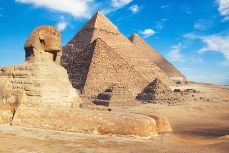 Photo pour Egypt Cairo - Giza. General view of pyramids with Sphinx - image libre de droit