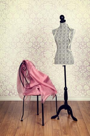 Photo pour vintage dress form pink fabric - image libre de droit