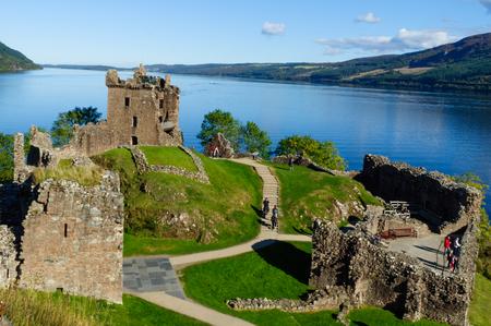 Photo pour Ruins of Urquhart Castle by Loch Ness - image libre de droit