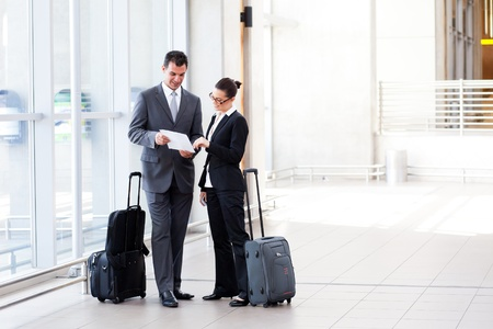 Photo pour two businesspeople meeting at airport - image libre de droit