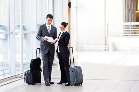 Photo pour two businesspeople meeting at airport - image libre de droit
