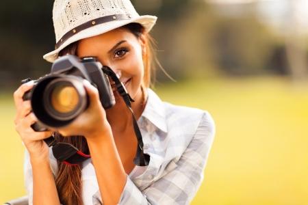 Photo pour attractive young woman talking pictures outdoors - image libre de droit