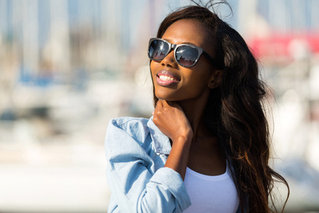 Photo pour beautiful young african woman wearing sunglasses - image libre de droit