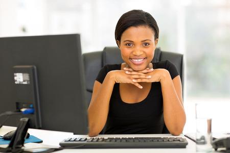 Photo pour portrait of happy young african business woman sitting in office - image libre de droit