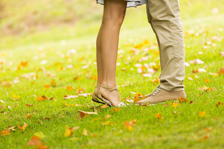 Photo pour couple kissing outdoors at the park - image libre de droit