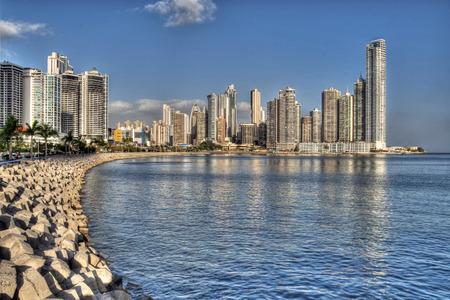 Foto de Panama City skyline and the Panama Bay  - Imagen libre de derechos
