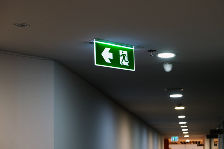 Foto de Exit sign along the way in the office - Imagen libre de derechos