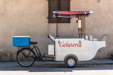 Photo pour Ice cream tricycle mobile - image libre de droit
