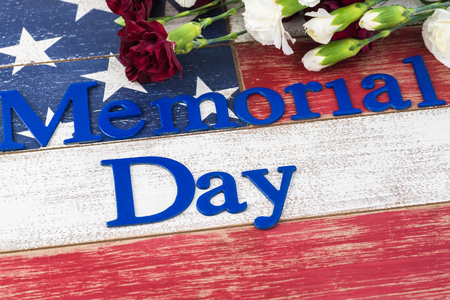 Photo pour Memorial day greeting card with american flag and flowers. - image libre de droit