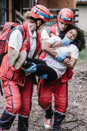 Foto de Victim evacuation, rescuers in action - Imagen libre de derechos