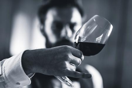 Foto de Sommelier tasting red wine - Imagen libre de derechos