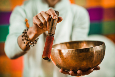 Photo pour Therapist using Tibetan singing bowl in sound therapy - image libre de droit