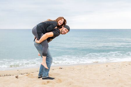 Foto de Couple in love playing on the beach - Imagen libre de derechos