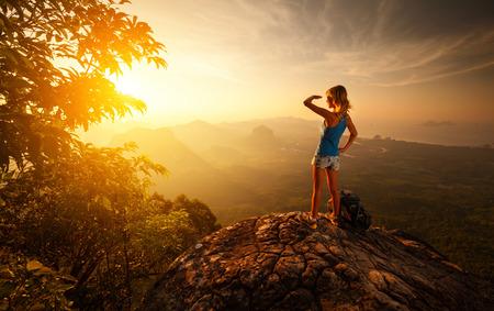 Foto de Lady hiker on top of the mountain during sunrise - Imagen libre de derechos