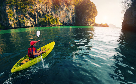 Foto de Woman with the kayak - Imagen libre de derechos