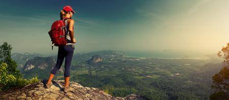 Foto de Lady hiker on the mountain - Imagen libre de derechos