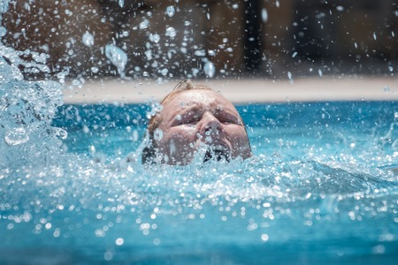 Foto de Person drowns in the pool with splashes - Imagen libre de derechos