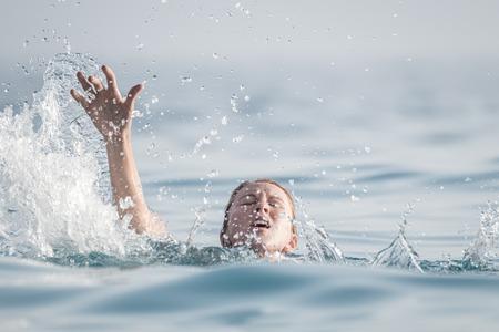 Foto de Woman drowns in the sea - Imagen libre de derechos