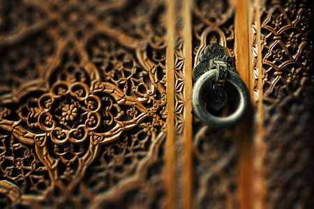 Photo pour Ancient wooden door and metal ring handle - image libre de droit