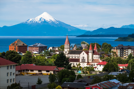 Photo pour Town of Puerto Varas with volcano Osorno on the background. Chile - image libre de droit