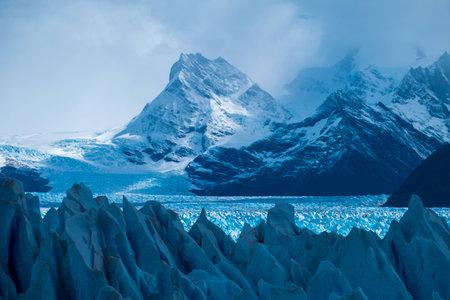 Photo pour Perito Moreno Glacier and mountains of the Southern Patagonian Ice Field, Argentina - image libre de droit