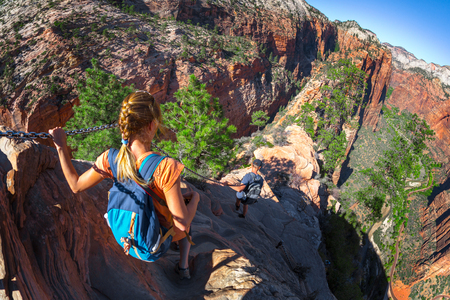 Foto de Hikers walk on the steep and dangerous trail named Angels Landing in the Zion National Park, USA - Imagen libre de derechos