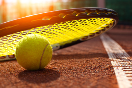 Photo pour tennis ball on a tennis court - image libre de droit