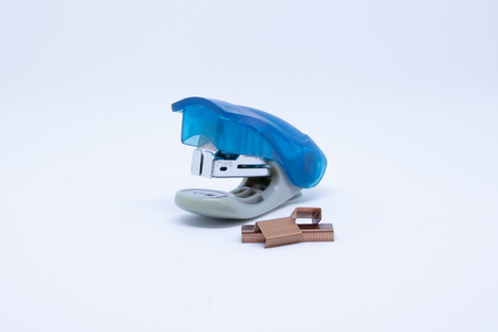 Photo pour Blue office stapler isolated on a white background - image libre de droit