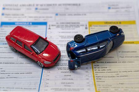 Photo pour car insurance report following an accident concept with toy cars - image libre de droit