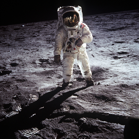 Foto de the first man on the moon. Cosmonaut. The photo taken from NASA - Imagen libre de derechos