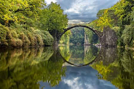 Photo pour autumn in the park Kromlau, Devil's Bridge - image libre de droit