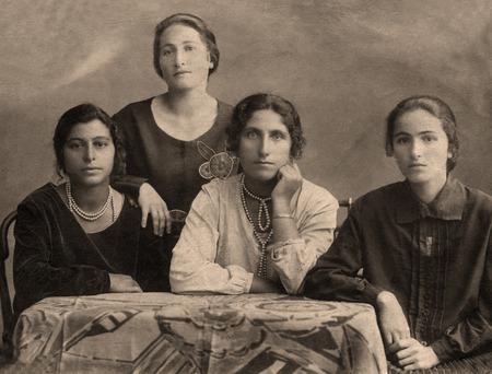Photo pour A vintage photo portrait from 1914 of Gypsy family. - image libre de droit