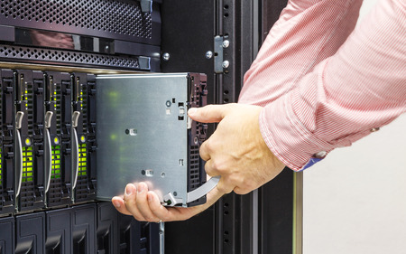 Foto de replacement of faulty blade server in chassis, the platform virtualization in the data center server rack - Imagen libre de derechos