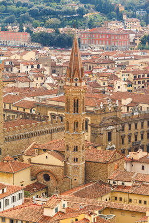 Photo pour Cityscape from height, roofs of red tiles and narrow streets of Florence, Italy. - image libre de droit