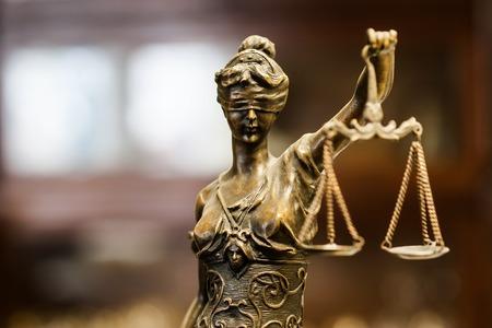 Foto de Bronze statuette of justice (focus on face) - Imagen libre de derechos