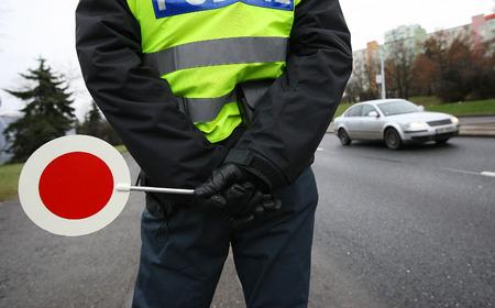 Foto de A police man checking the traffic - Imagen libre de derechos