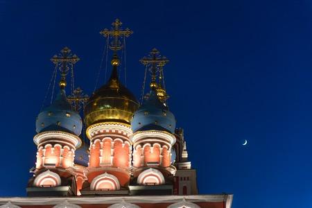 Foto de Bathed Church of St. George on Pskov hill in Moscow at night. - Imagen libre de derechos