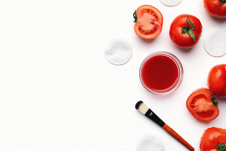 Foto de Homemade tomato face mask for natural beauty care, top view - Imagen libre de derechos
