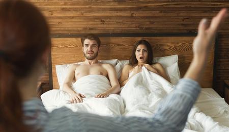 Foto de Wife catching husband with mistress in bed, cheating in marriage, divorce reason - Imagen libre de derechos