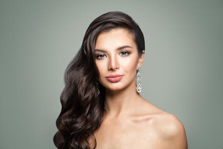 Photo pour Pretty woman with diamonds earrings - image libre de droit