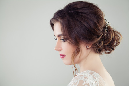 Photo pour Pretty bride woman with bridal hair. Updo haircut with pearls hairdeco, face closeup - image libre de droit