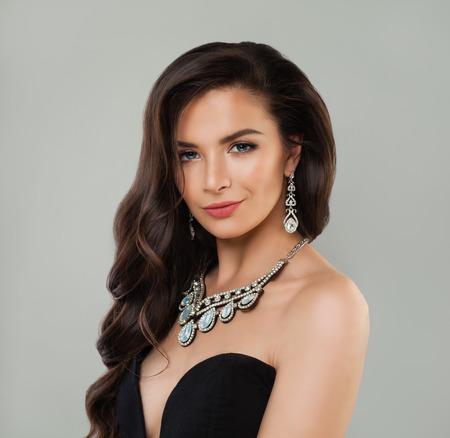 Foto de Jewelry woman. Perfect woman with makeup, curly brown hair and diamond necklace - Imagen libre de derechos