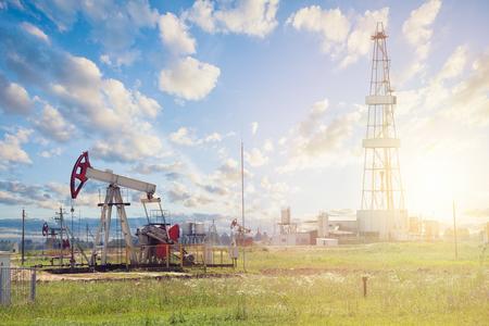 Photo pour Oil pump jack. Pumpjack against sky clouds - image libre de droit