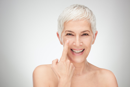 Photo pour Head shot of senior woman showing wrinkles. - image libre de droit
