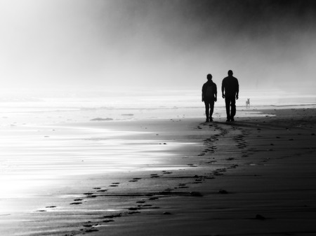 Foto per couple walking on beach. Black and white - Immagine Royalty Free