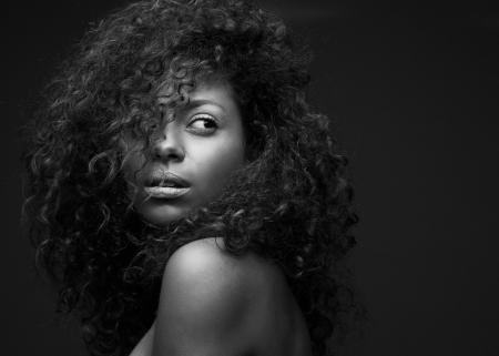 Foto de Black and white portrait of a beautiful african american fashion model - Imagen libre de derechos