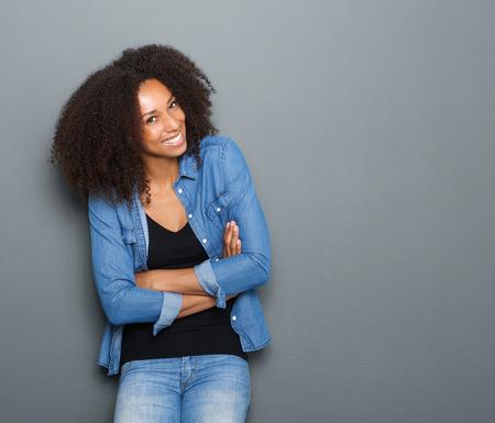 Foto de Portrait of a happy young african american woman posing with arms crossed - Imagen libre de derechos